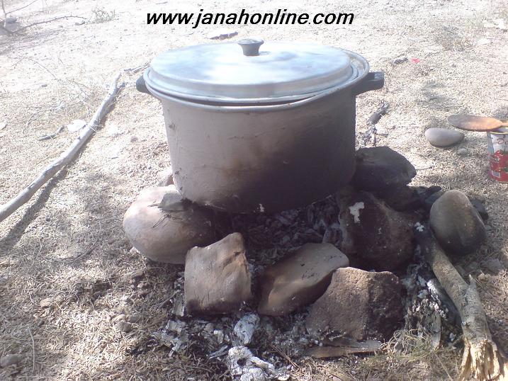 ۲ عكس > يك ديگ برنج پزي در صحرا روي خرگ(آتش) + حاصل زحمات اين ديگ !!!!!